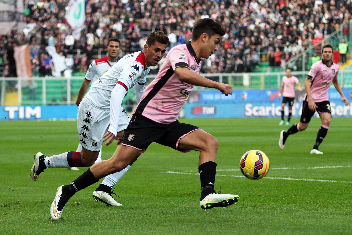epa04548382 Palermo's forward Paulo Dybala (C) in action during the Italian Serie A soccer match between US Palermo and Cagliari Calcio at Renzo Barbera Stadium in Palermo, Italy, 06 January 2015.  EPA/FRANCO LANNINO  Dostawca: PAP/EPA.