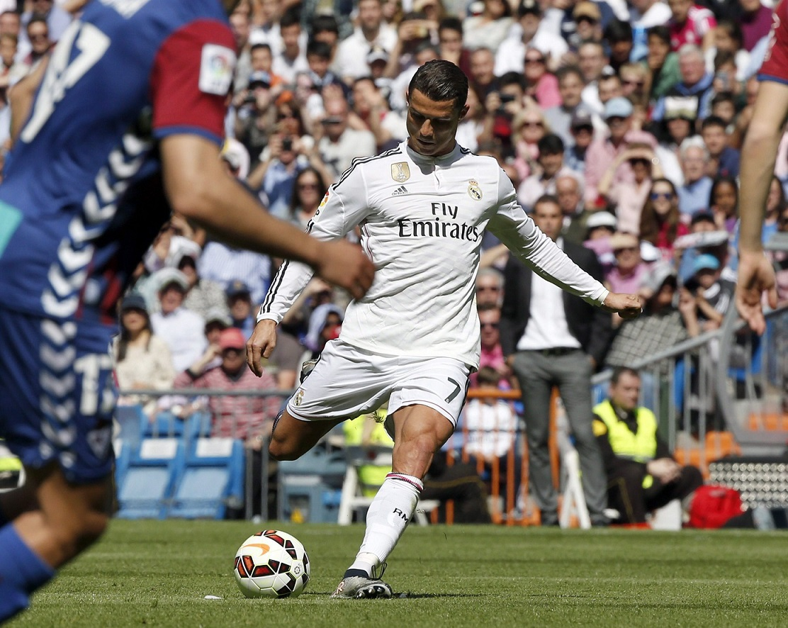 epa04700173 Real Madrid's Portuguese striker Cristiano Ronaldo scores a free kick goal during the Spanish Primera Division soccer match between Real Madrid and UD Eibar played at Santiago Bernabeu stadium in Madrid, Spain, 11 April 2015.  EPA/J.J. GUILLEN  Dostawca: PAP/EPA.