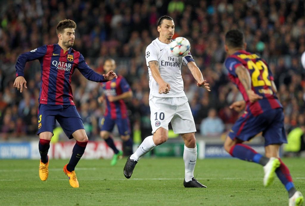 Pique ( Barcelone ) Zlatan Ibrahimovic ( PSG )  Dostawca: PAP/Panoramic
