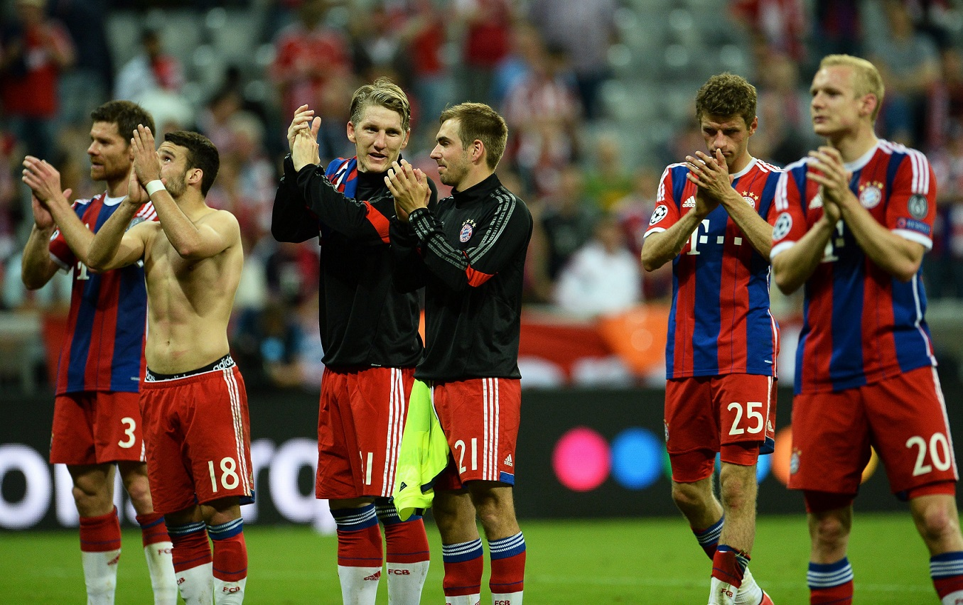 epa04745468 Bayern Munich players applaud supporters after the UEFA Champions League semi final second leg soccer match between FC Bayern Munich and FC Barcelona in Munich, Germany, 12 May 2015. Barca won 5-3 on aggregate.  EPA/ANDREAS GEBERT  Dostawca: PAP/EPA.
