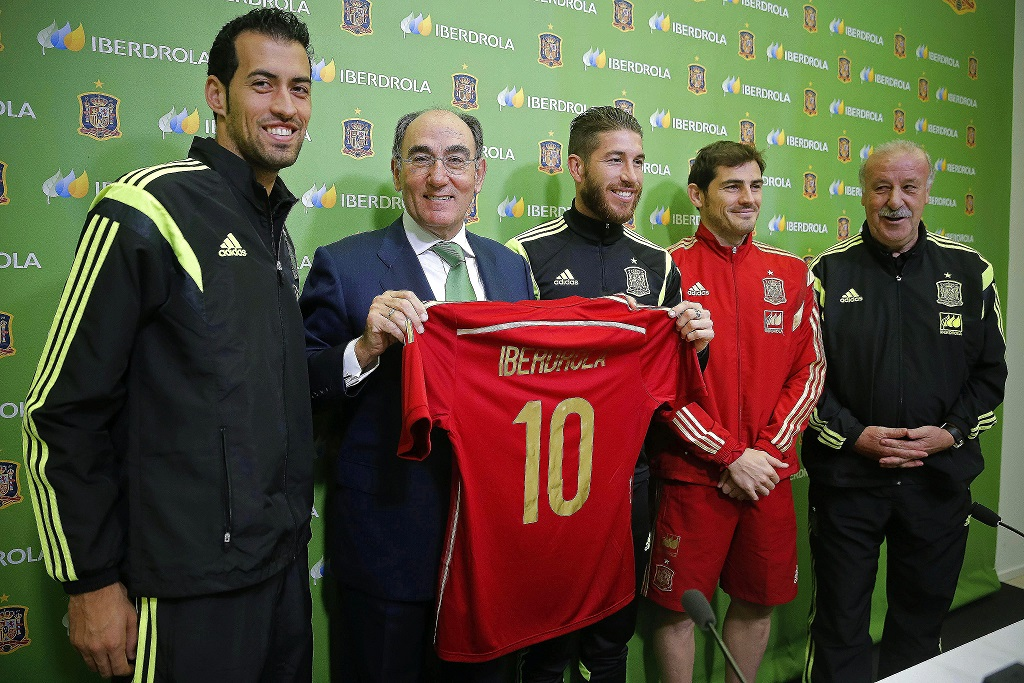 epa04487964 Spanish national soccer team head coach Vicente del Bosque (R) poses for photographers with players Iker Casillas (2-R), Sergio Ramos (C), Sergio Busquets, and Iberdrola Chairman Ignacio Sanchez Galan (2-L) during a press conference at Las Rozas Sports City in Madrid, Spain, 13 November 2014. Spain will face Belarus in the UEFA EURO 2016 qualifying soccer match on 15 November 2014. Spanish electric company Iberdrola has renewed its sponsorship with the Royal Spanish Football Federation (RFEF).  EPA/EMILIO NARANJO  Dostawca: PAP/EPA.