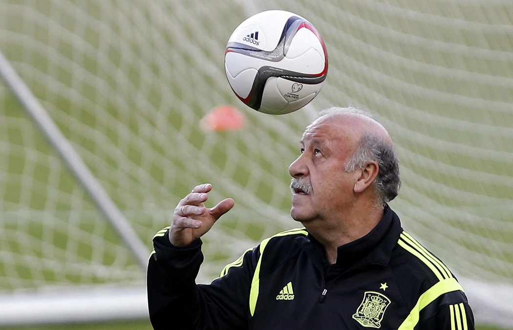 epa04680271 Spain's national soccer team head coach Vicente del Bosque during the training of the team held at Sanchez Pijuan stadium in Seville, southern Spain, 26 March 2015. Spain will face Ucrany in a UEFA EURO 2016 qualifying soccer match at the stadium of Ramon Sanchez Pizjuan on 27 March 2015.  EPA/JULIO MUNOZ  Dostawca: PAP/EPA.