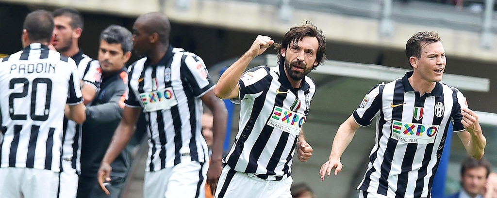 epa04721402 Juventus' midfielder Andrea Pirlo (C) celebrates with his teammates after scoring the 1-0 lead during the Italian Serie A soccer match between Torino FC and Juventus FC at Olimpico stadium in Turin, Italy, 26 April 2015.  EPA/ALESSANDRO  DI MARCO  Dostawca: PAP/EPA.