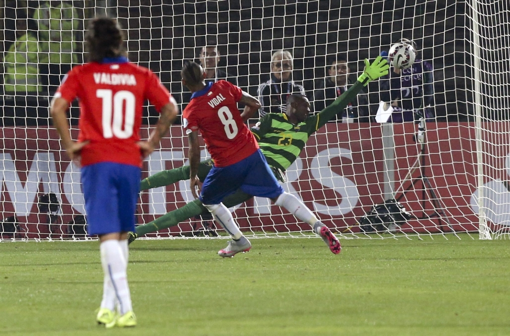 epa04794253 Chile's Arturo Vidal (C) scores a penalty kick during the Copa America 2015 Group A soccer match between Chile and Ecuador, at Estadio Nacional Julio Martinez Pradanos in Santiago de Chile, Chile, 11 June 2015.  EPA/MARIO RUIZ  Dostawca: PAP/EPA.