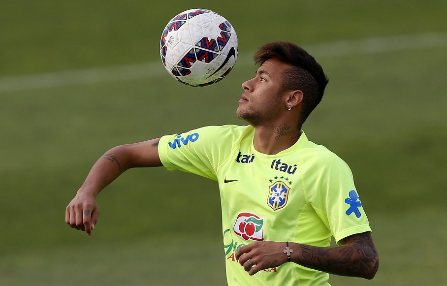 epa04809648 Brazil national soccer team player Neymar controls the ball during a training session at La Cisterna complex in Santiago de Chile, Chile, 19 June 2015. Brazil will face Venezuela in group C of the Copa America 2015 on 21 June.  EPA/FELIPE TRUEBA  Dostawca: PAP/EPA.